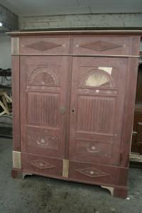 Der Schrank mit den ergänzten Holzteilen während der Arbeiten